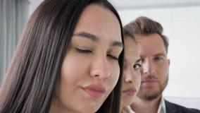 Las caras del ` s de la gente, primer de trabajo del equipo, personas del negocio presentan en la oficina, gente de negocio multi metrajes