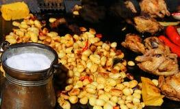 Las carnes asadas a la parrilla con adornan Imagen de archivo libre de regalías