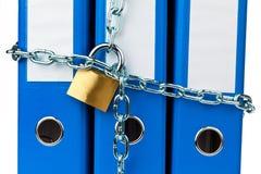 Las carpetas de fichero bloquearon con el encadenamiento Fotografía de archivo libre de regalías