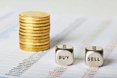 Las cartas, las monedas y los cubos financieros de los dados con palabras venden la compra. Sele Fotos de archivo