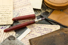 Las cartas y las fotos viejas se cierran para arriba Foto de archivo