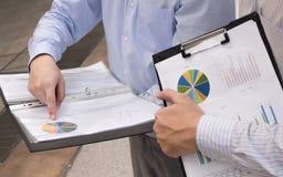 Las cartas y los gráficos de negocio se centran en señalar los fingeres Fotos de archivo libres de regalías