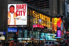 Las carteleras de publicidad masivas se elevan sobre tráfico y peatones en la intersección entre el Times Square y Broadway Imagen de archivo libre de regalías