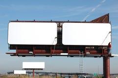 Las carteleras en blanco con el azul cielo-Agregan su texto Foto de archivo