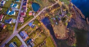 Las casas acercan al lago Imagen de archivo libre de regalías