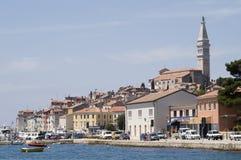 Las casas acercan al mar Mediterráneo. Imagen de archivo libre de regalías