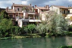Las casas acercan al río del velino, Rieti Fotografía de archivo libre de regalías