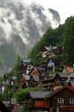 Las casas alpinas en Hallstatt adornaron con las flores y las plantas imagen de archivo