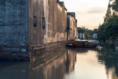 Las casas antiguas de Suzhou a lo largo del río imagen de archivo libre de regalías