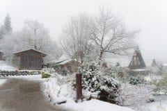 las casas antiguas y la nieve blanca es pesadas y cubiertas en S Fotografía de archivo