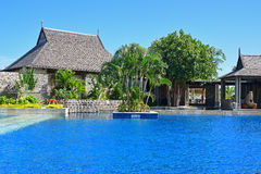 Las casas arquitectónico interesantes al lado de una piscina grande de un hotel recurren Fotos de archivo libres de regalías