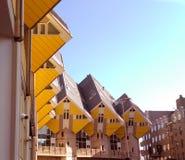 Las casas cúbicas amarillas en el cuadrado famoso de Rotterdam en un día soleado de febrero foto de archivo