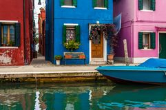 Las casas coloridas en la isla de Burano, calle con el canal, y Imagen de archivo
