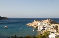 Las casas construyeron los Milos de Firopotamos de los acantilados de la roca Imagen de archivo libre de regalías
