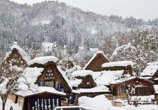Las casas de azotea cubierta con paja nevadas adentro Shirakawa-van Foto de archivo libre de regalías