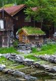 Las casas de campo en pueblo Olden en Noruega Imagen de archivo libre de regalías