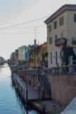 Las casas de ciudad del banco del canal de Milán centran la etapa de aterrizaje Foto de archivo libre de regalías