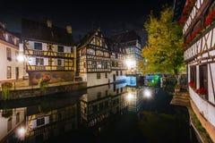 Las casas de entramado de madera históricas en curtidores cuartean en el la Francia menuda del distrito en Estrasburgo en la noch fotos de archivo libres de regalías