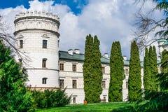 Las casas de la torre del castillo rodeadas por las plantas y la parte estacionales o Fotos de archivo libres de regalías