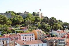 Las casas de Lisboa con el St Jorge se escudan Lisboa Portugal Fotografía de archivo