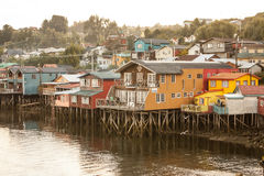 Las casas de madera tradicionales empleadas los zancos a lo largo de las aguas afilan en Castro, Chiloe en Chile Imagen de archivo
