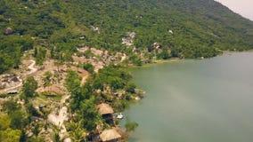 Las casas de planta baja aéreas del paisaje en el lago de la orilla en chalet del agua recurren con Mountain View hermoso Río her almacen de video
