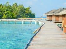 Las casas de planta baja del agua de un centro turístico isleño extienden en la laguna en el mA Fotos de archivo