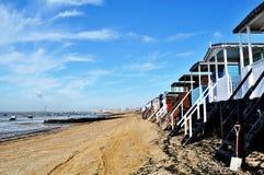 Las casas de playa en Southend varan, Essex, durante la bajamar Fotografía de archivo libre de regalías