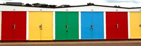 Las casas de playa multicoloras inglesas tradicionales se colocan en fila encendido Fotografía de archivo libre de regalías