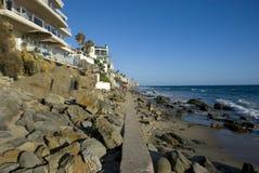 Las casas en la playa rocosa en Laguna varan, Condado de Orange - California Imagenes de archivo