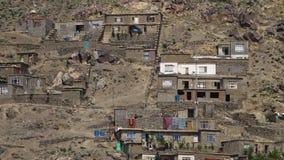 Las casas extendieron por una colina metrajes