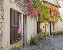 Las casas hermosas en la calle estrecha pasan en el villag medieval Imágenes de archivo libres de regalías