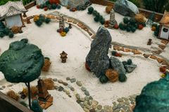 Las casas miniatura, paisaje del juguete se oponen en la arena Terapia antiesfuerza y calmante de la arena Fotografía de archivo
