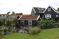 Las casas pintorescas se ven en la ciudad holandesa de Marken Imagenes de archivo
