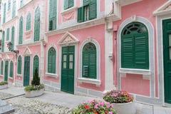 Las casas pintorescas tradicionales en el estilo rosado de Portugal Imágenes de archivo libres de regalías