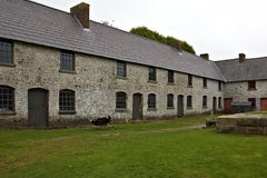 Las casas de los trabajadores preservados en abajo cerrado el hierro trabajan en Blaenavon Imagenes de archivo