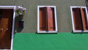 Las casas vecinas ordenadas con las ventanas se abren y cerrado, adornado con las flores metrajes