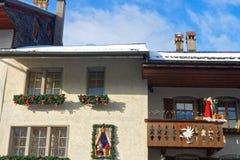 Las casas viejas de la ciudad medieval de Gruyeres adornaron para Cristo Fotos de archivo