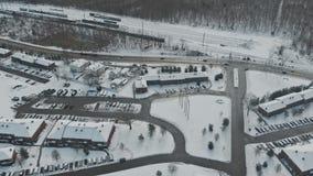 Las casas y las calles de las construcciones de viviendas del invierno de la altura metrajes