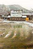 las casas y el arroz del Gassho-estilo colocan en Shirakawa-van en invierno fotografía de archivo