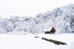 las casas y la nieve antiguas es pesadas en Shirakawa-van pueblo en Gifu Imágenes de archivo libres de regalías