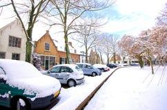 Las casas y los coches se cubren con nieve en invierno imagen de archivo libre de regalías