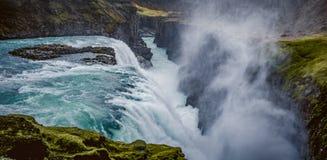 Las cascadas de la carretera de circunvalación islandesa que va hasta el final alrededor Fotografía de archivo