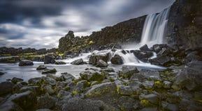 Las cascadas de la carretera de circunvalación islandesa que va hasta el final alrededor Imagen de archivo