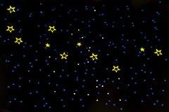 Las cascadas de las partículas de oro del brillo s protagonizan en el fondo negro, concepto del día de fiesta de la Feliz Año Nue Fotos de archivo libres de regalías
