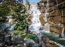 Las cascadas en un jardín parquean en un día de verano Fotografía de archivo