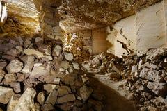 Las catacumbas más grandes del mundo El pequeño cuarto en las catacumbas de Odessa fotos de archivo libres de regalías