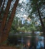 Las cataratas de Yosemite de los bancos inundados del río de Merced Fotografía de archivo libre de regalías