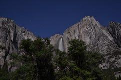 Las cataratas de Yosemite por claro de luna Fotografía de archivo