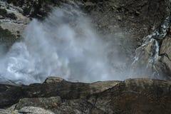 Las cataratas de Yosemite superiores: Derecho desde arriba Fotografía de archivo libre de regalías